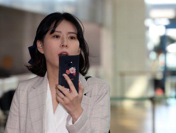 故 장자연 사건 주요 증언자인 배우 윤지오 씨가 24일 오후 캐나다로 출국하기 위해 인천공항으로 들어서고 있다/사진=연합뉴스