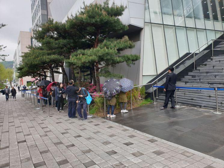 26일 서울 대치동 자이갤러리 앞에서 방배그랑자이 견본주택 방문객들이 입장을 대기하는 모습.