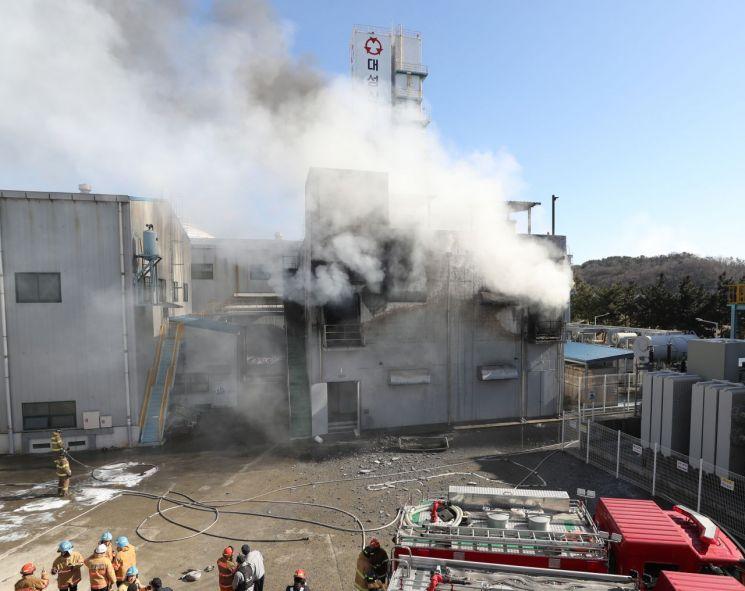 올 1월 21일 오전 울산시 남구 대성산업가스 에너지저장장치(ESS)에서 불이 나 건물 밖으로 연기가 뿜어져 나오고 있다. [이미지출처=연합뉴스]