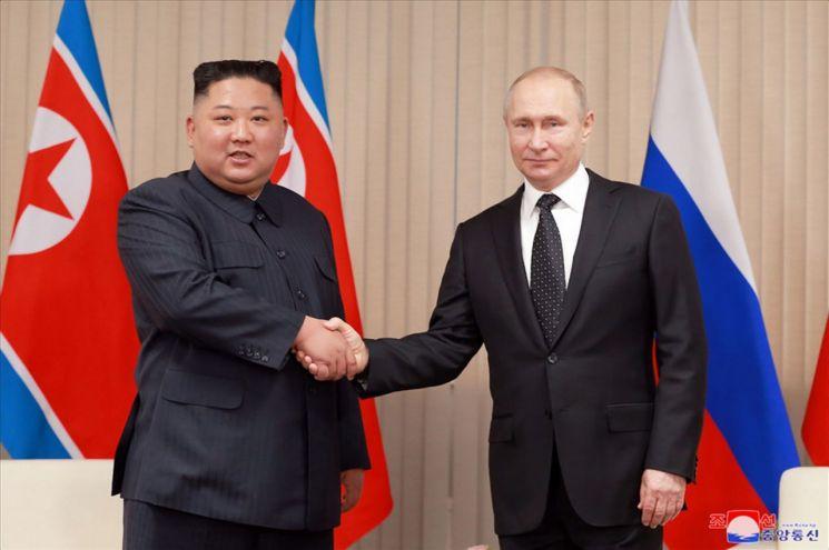 조선중앙통신은 26일 홈페이지에 전날 러시아 블라디보스토크 극동연방대에서 열린 북러정상회담 사진을 공개했다. 김정은 북한 국무위원장이 블라디미르 푸틴 러시아 대통령이 회담에 앞서 기념사진을 촬영하고 있다.