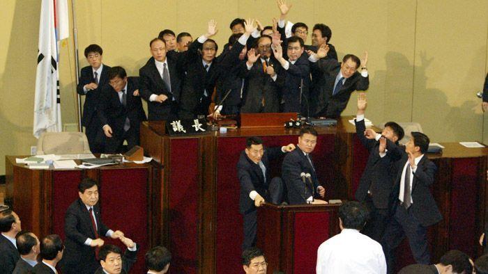 지난 2004년 3월 노무현 대통령에 대한 탄핵소추안 발의 모습.사진=연합뉴스