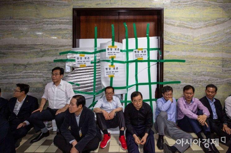 26일 서울 여의도 국회 의안과 앞에서 자유한국당 의원 및 당직자들이 점거농성을 이어가고 있다./강진형 기자aymsdream@