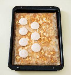 5. 짤주머니에 담고 오븐팬에 둥근 모양으로 짠다. 150℃로 예열한 오븐에서 15~20분 정도 굽는다. (Tip 같은 크기로 짜려면 종이에 여러개의 원형을 같은 크기로 그려 오븐시트 아래에 두고 모양대로 짜주면 똑같은 양을 짤 수 있어 같은 크기로 구울 수 있다.)