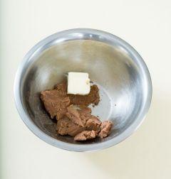 1. 밤 페이스트를 부드럽게 풀어 버터를 넣고 부드럽게 잘 섞이도록 휘핑한다. (Tip 밤페이스트가 없다면 통조림밤이나 맛밤을 곱게 으깨서 사용해도 됩니다. 남은 밤 페이스트는 냉동보관해 준다. )