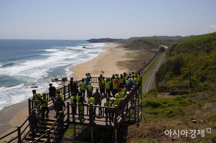 4·27 남북정상회담 1주년인 27일 강원도 고성군 'DMZ 평화의 길' 투어에 참가한 시민들이 길 초입에서 남쪽 해안가를 바라보고 있다.<이미지:연합뉴스>
