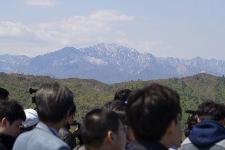 금강산전망대에서 취재진과 군 관계자가 금강산을 바라보고 있다.<이미지출처:연합뉴스>