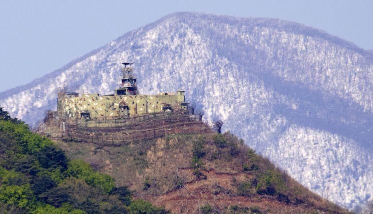 남북한 합의에 따라 감기초소(GP)를 없애기로 했고 각 한개씩만 보존해뒀다. 사진은 우리쪽 보존GP. 북한과 수백m 떨어진 곳으로 우리 정부는 문화재로 지정하기 위한 절차를 밟고 있다.<이미지출처:연합뉴스>