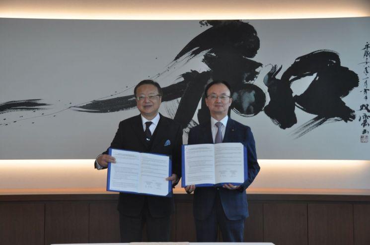 산업은행 임맹호 부행장(오른쪽)이 25일 일본 도쿄 니혼 M&A 센터 본사에서 미야케 수구로 니혼 M&A 센터 대표와 MOU를 체결했다.