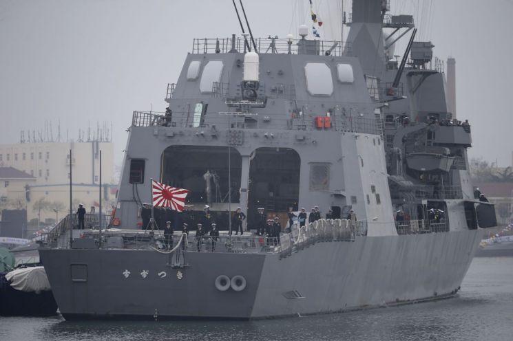 일본 해상자위대 호위함 '스즈쓰키'가 중국이 개최하는 국제관함식에 참가하기 위해 지난 21일 욱일기를 달고 산둥성 칭다오항에 입항하고 있다. 해상자위대 함정의 중국 방문은 2011년 12월 이후 처음이다. (사진=연합뉴스)