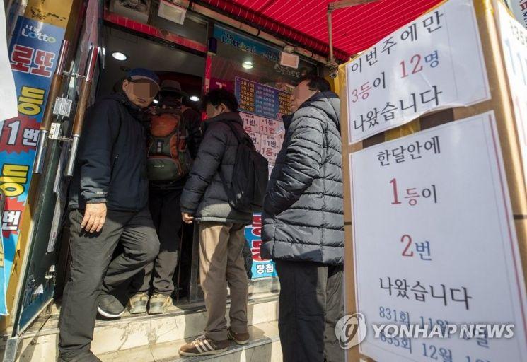 로또를 사기 위해 기다리는 사람들 / 사진 = 연합뉴스