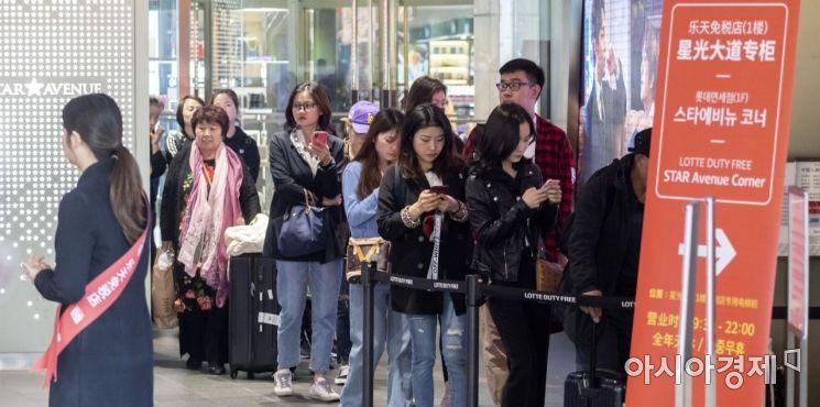 [포토] 쇼핑 기다리는 관광객들
