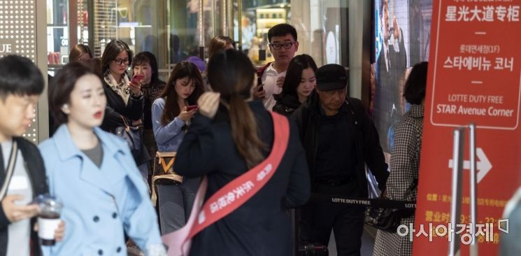 [포토] 면세점 쇼핑 나선 관광객들