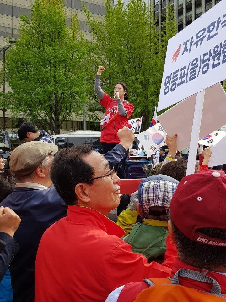 배현진 자유한국당 송파을 당협위원장이 시민들 앞에서 연설을 하고 있다. / 사진 = 배현진 페이스북