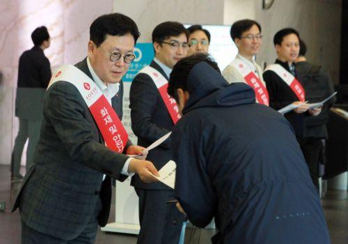 이광영 롯데자산개발 대표(왼쪽 첫번째)가 지난 26일 서울 중구 시그니쳐타워에서 화재 및 안전사고 예방을 위한 캠페인을 진행하고 있다.