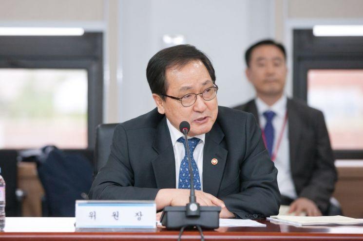 26일 정부과천청사에서 열린 '제16회 국가우주위원회'에서 유영민 과학기술정보통신부 장관이 회의를 주재 하고 있다.
