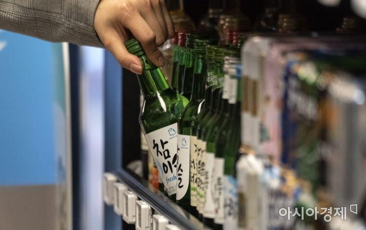 다음달 부터 소주 가격 인상이 예고된 28일 서울 시내의 한 주류판매점에서 한 소비자가 소주를 고르고 있다. 주류업계는 정부의 주류세 개편안을 두고 일제히 가격을 인상하고 있다./윤동주 기자 doso7@