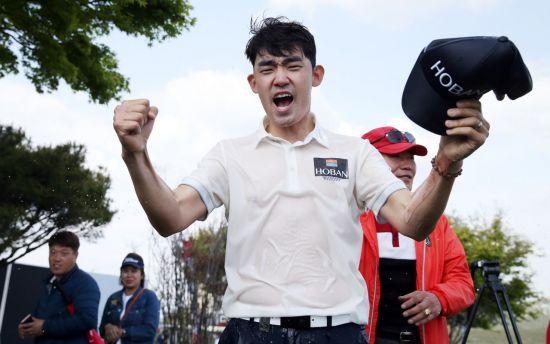 김비오가  NS홈쇼핑 군산CC 전북오픈 최종일 우승 직후 환호하고 있다. 사진=KPGA
