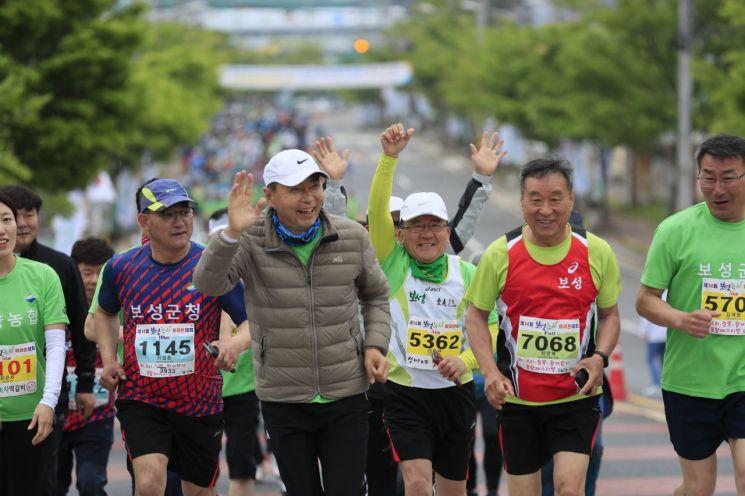 [포토] 김철우 보성군수, 마라톤 가족과 함께 달린다