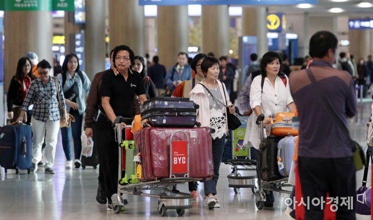 지난달 30일 인천국제공항 제1여객터미널으로 일본과 중국을 비롯한 외국인 관광객들이 입국하고 있다. /영종도=김현민 기자 kimhyun81@