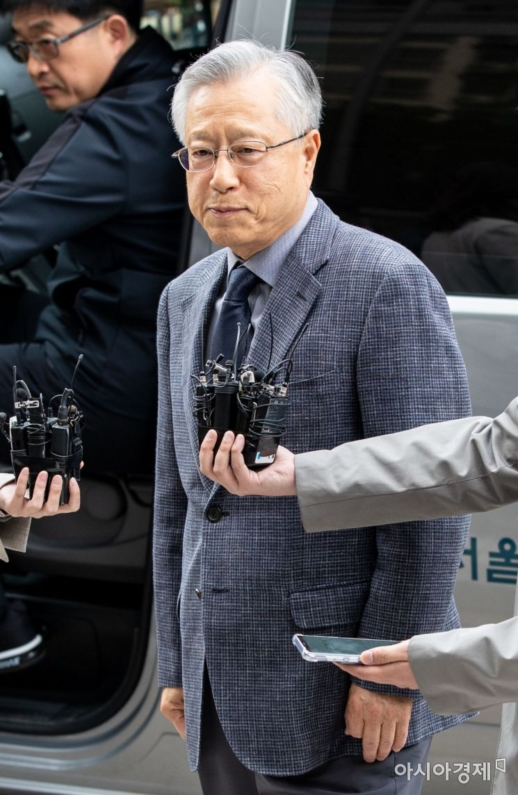 KT 부정채용 관여 의혹을 받고 있는 이석채 전 KT 회장이 30일 서울 양천구 남부지방법원에서 열린 구속영장실질심사를 받기 위해 법정으로 들어서고 있다./강진형 기자aymsdream@