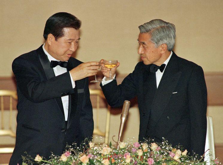 아키히토 일왕은 재임 시 꾸준히 일본을 방문한 우리나라 정상들을 만났고, 한국 방문을 타진해 왔었다. 사진은 1998년 10월 7일  일본 도쿄를 방문한 김대중 전 대통령과 아키히토 일왕이 만찬에서 건배하는 모습. [이미지출처=연합뉴스]