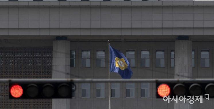 국회 앞 빨간 신호등 /윤동주 기자 doso7@