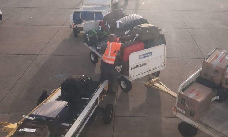 수하물을 옮기는 작업 중인 항공사 직원. [사진=유튜브 화면캡처]