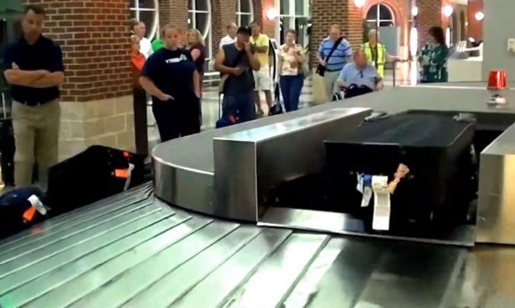 자신의 짐을 기다리는 승객들. 수하물 사고는 유럽지역에서 많이 발생하고, 로마공항이 최악으로 찍혀 있습니다. [사진=유튜브 화면캡처]