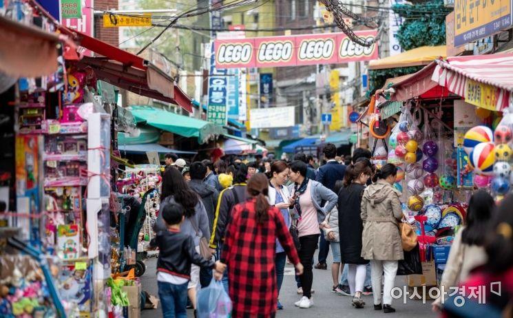 어린이날을 사흘 앞둔 2일 서울 동대문 완구 도매 종합시장에서 장난감 구매에 나선 고객들로 붐비고 있다./강진형 기자aymsdream@