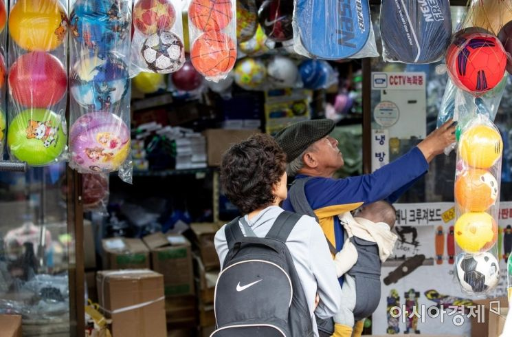 어린이날을 사흘 앞둔 2일 서울 동대문 완구 도매 종합시장을 찾은 어르신이 매장을 둘러보고 있다./강진형 기자aymsdream@