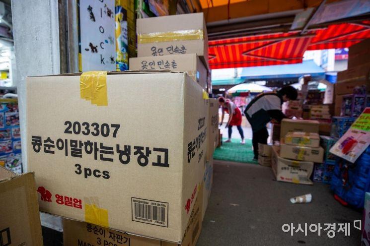 어린이날을 사흘 앞둔 2일 서울 동대문 완구 도매 종합시장에서 상인들이 분주하게 움직이고 있다./강진형 기자aymsdream@