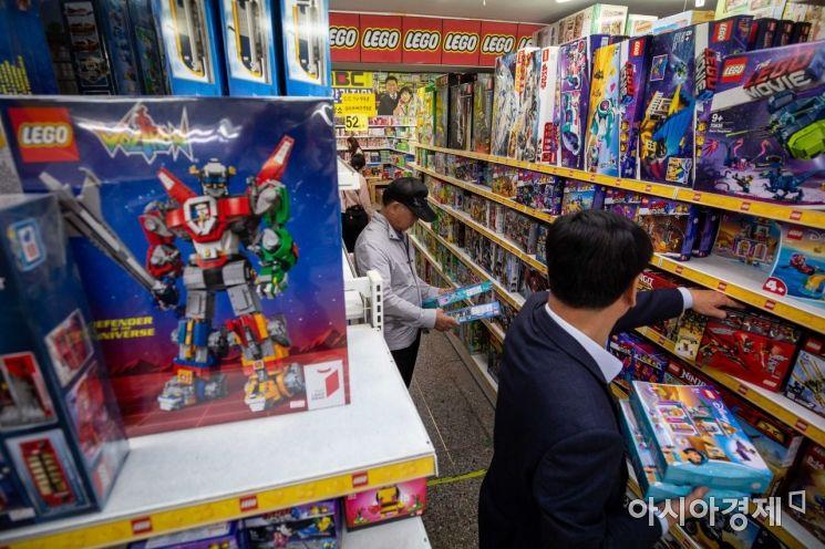 어린이날을 사흘 앞둔 2일 서울 동대문 완구 도매 종합시장을 찾은 어르신이 장난감을 고르고 있다./강진형 기자aymsdream@