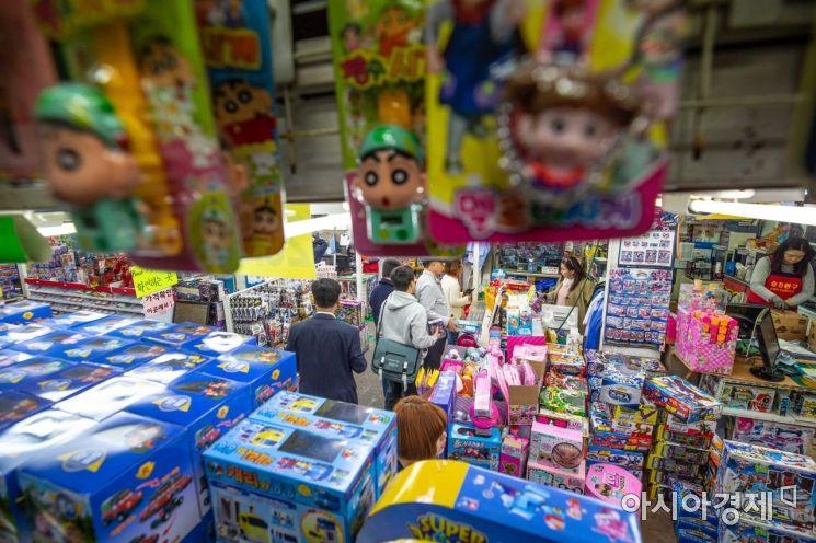 어린이날을 사흘 앞둔 2일 서울 동대문 완구 도매 종합시장을 찾은 부모 및 어린이들이 장난감 매장을 둘러보고 있다./강진형 기자aymsdream@