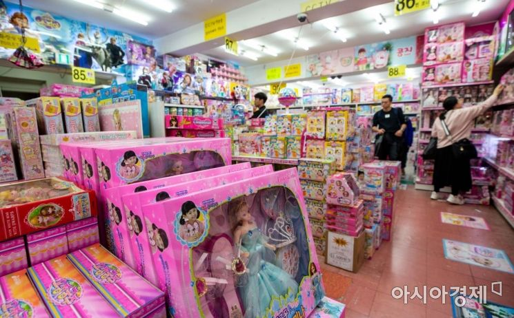 어린이날을 사흘 앞둔 2일 서울 동대문 완구 도매 종합시장에서 장난감이 진열되고 있다./강진형 기자aymsdream@