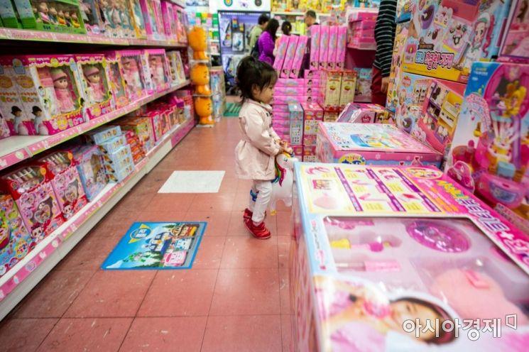 어린이날을 사흘 앞둔 2일 서울 동대문 완구 도매 종합시장을 찾은 어린이가 장난감을 보고 있다./강진형 기자aymsdream@