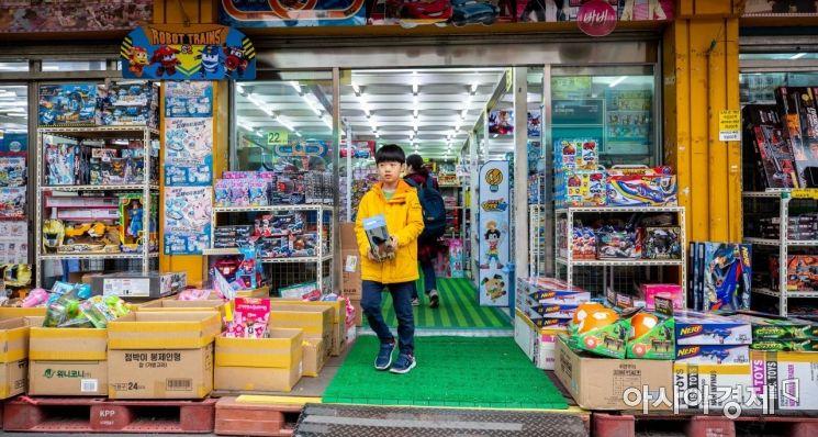어린이날을 사흘 앞둔 2일 서울 동대문 완구 도매 종합시장을 찾은 어린이가 장난감을 구매한 뒤 매장을 나서고 있다./강진형 기자aymsdream@