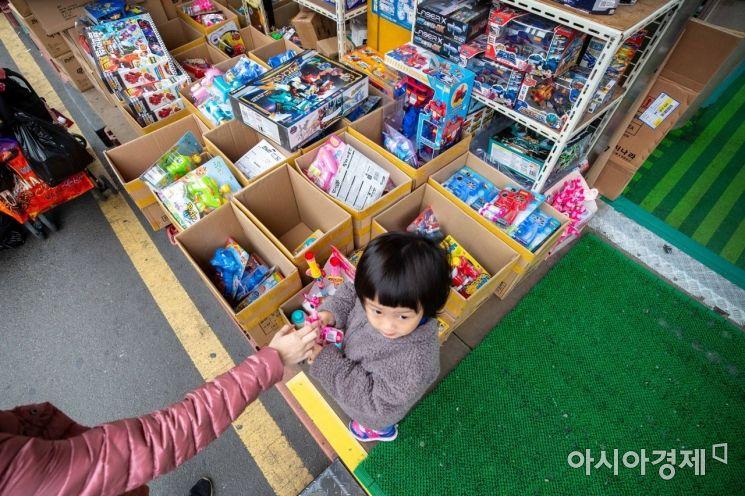 어린이날을 사흘 앞둔 2일 서울 동대문 완구 도매 종합시장을 찾은 어린이가 장난감을 손에 들고 있다./강진형 기자aymsdream@