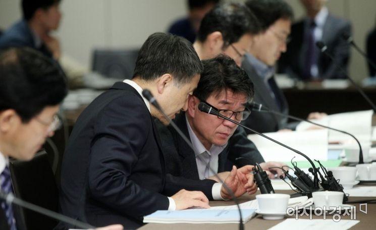 [포토] 연금정책국장과 대화하는 박능후 장관