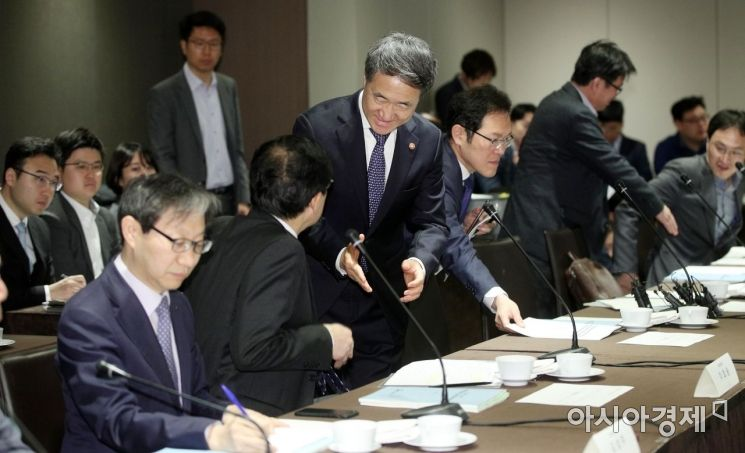 [포토] 참석자들과 인사하는 박능후 복지부 장관