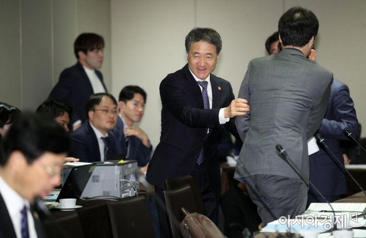 [포토] 참석자들과 인사하는 박능후 장관