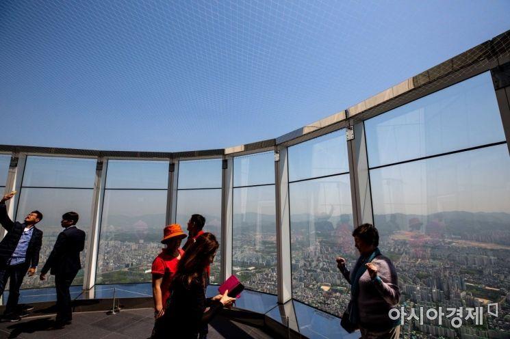 [포토]맑은 날씨, 롯데타워전망대 찾은 시민들