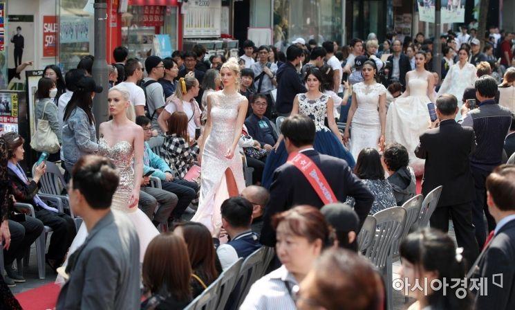 [포토] 명동거리에서 열린 수퍼탤런트 패션쇼
