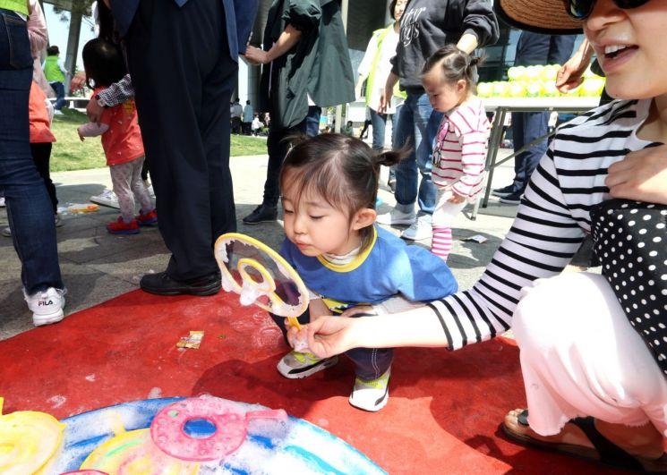 """[포토] """"오늘은 어린이 세상~~~""""...금천구, 어린이날 기념 행사 열어"""