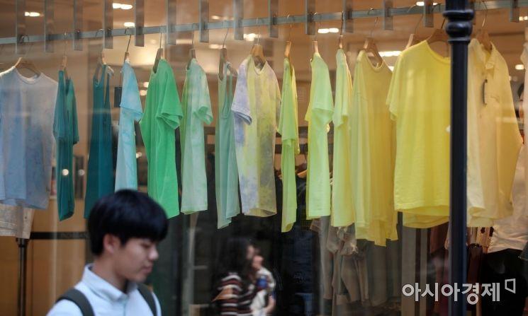 [포토] 반소매 티셔츠로 채워진 의류매장