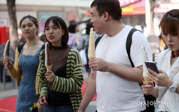 [포토] 반소매 입고 아이스크림 먹을 날씨