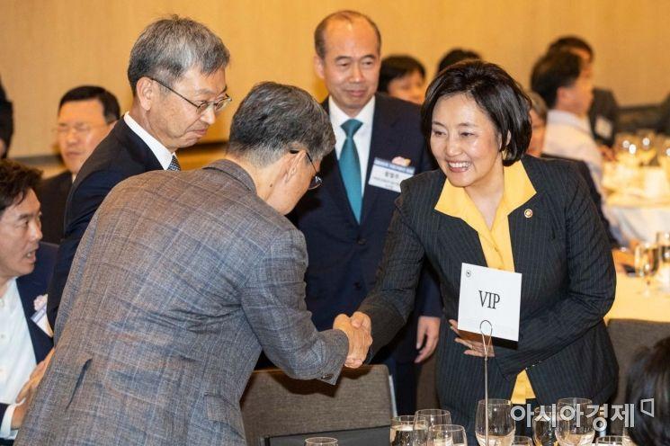 [포토]참석자들과 악수하는 박영선 장관