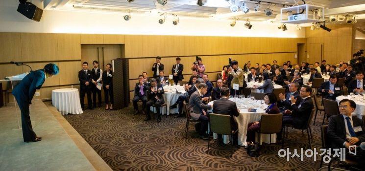 [포토]참석자들에게 인사하는 박영선 장관