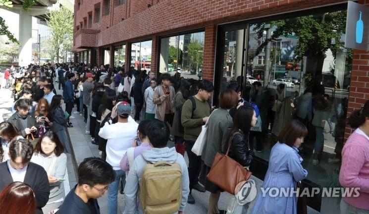 미국 커피 브랜드 블루보틀 국내 1호점이 개장한 3일 오전 고객들이 성동구 블루보틀 성수점에 줄을 서 있다.사진=연합뉴스