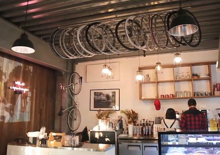 자전거도 고치고 커피도 마시는 자전거 카페. [사진=유튜브 화면캡처]