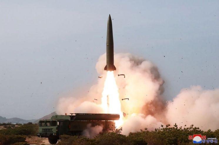 김정은 북한 국무위원장이 참관한 가운데 지난 4일 동해상에서 진행된 대구경 장거리 방사포와 전술유도무기 화력타격훈련.     조선중앙통신이 5일 보도했다.
